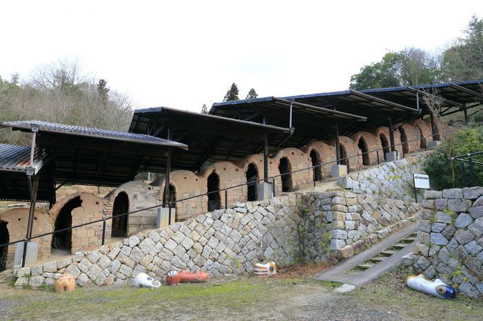 登り窯(のぼりがま)とは、いくつかの窯が階段状に連なっている窯のこと。現在は使用されていませんが、16連もの登り窯が現存しているのは日本でここだけなのだとか。