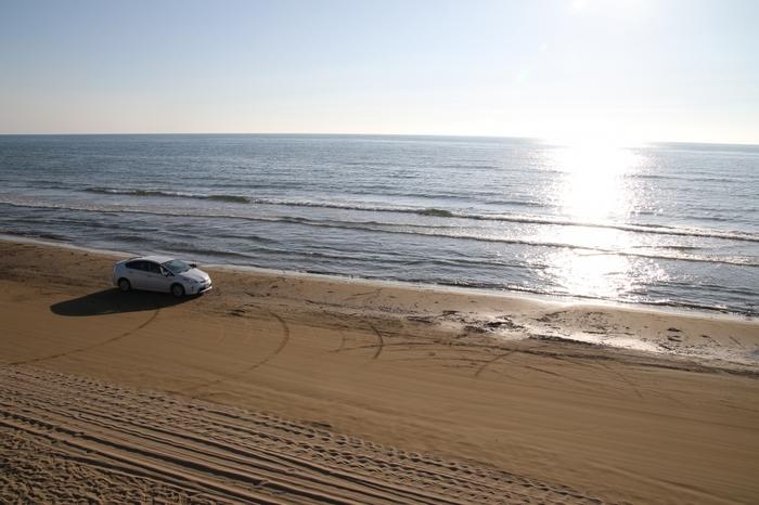 「千里浜(ちりはま)なぎさドライブウェイ」は、金沢駅から車で約40分、今浜インターチェンジまたは千里浜インターチェンジから下車して行けるスポットです。約8kmの砂浜を車で走れるところが特徴。きめの細かい砂が海水を含んで引き締まっているため、車でも走れるのだそう。  天気の良い日のキレイな夕焼けの景色をねらってドライブするのもおすすめです。車以外に、バイクや自転車でも走れるのだそう♪また、夏は海水浴や潮干狩りなどでも親しまれるスポットです。