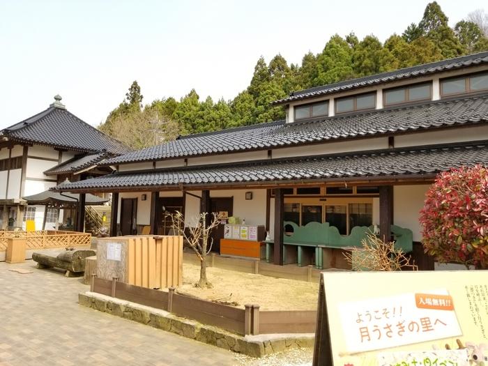 「月うさぎの里」は、金沢駅から車で約50分のところにあるスポットです。加賀インターチェンジからは約3分で行けますよ。うさぎが好きな方には特におすすめ。なんと年中無休で入場無料です(うさぎの抱っこは有料です)。