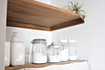 綿や麻の白シャツに気になる黄ばみがある…という方は、ぜひ粉末洗剤を使ってみてください。液体洗剤よりも皮脂汚れに強いので効果を実感できるはず。デリケートな素材の服の時には洗濯前に使っても大丈夫か確認してから使用してくださいね。