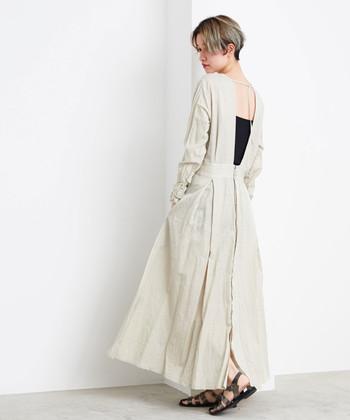 背中のデザインが大胆な、独特の風合いのワンピースは、前後反対にしても着れる嬉しい一枚。