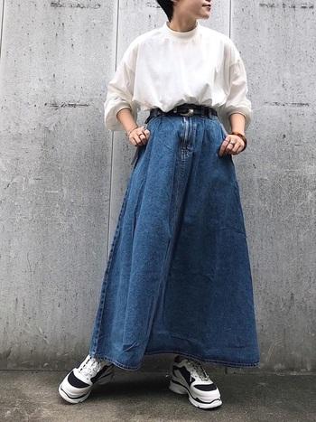少し重めに感じるデニム素材も、フレアスカートだと軽やかな印象に。春夏のコーデに重宝しそうなアイテムです。