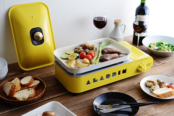 ストーブで有名なイギリス・Aladdin(アラジン)社のホットプレート。側面の「ALADDIN」の切り抜きが可愛らしいホットプレートは、2〜3人分の料理にちょうど良いコンパクトサイズ。平プレートと2色鍋の2タイプのプレート付きで、さまざまなシーンで使えそうです。