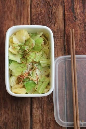 ピリリとした辛みが食欲をそそる、旨辛キャベツ。レンジでぱぱっと手軽に簡単な常備菜が完成します♪