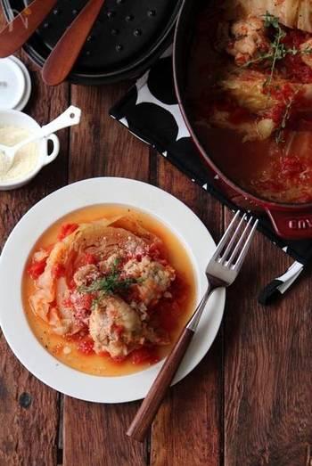 テーブルが華やぐ春キャベツレシピ。トマトの酸味と、手羽先、春キャベツの甘みのハーモニーが最高!材料を入れ、コトコト煮込むだけの簡単料理です。