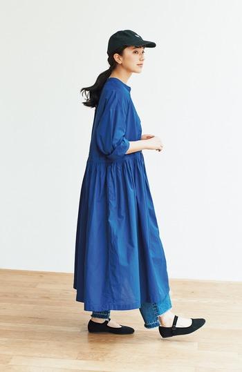 ウエストにギャザーをたっぷり入れたシャツワンピース。Aラインらしいスカートの広がりが可愛さを盛り上げてくれます。