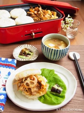 ごま油で焼き上げたお米のバンズに、甘辛味のお肉入りきんぴらがおいしいライスバーガー。ホットプレートなら全部一度に作れて、そのまま食卓に出せばいつでも熱々が食べられます。