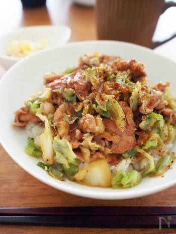 豚のこま切れ肉を使うので、切る手間も省ける嬉しいレシピ。すりおろしニンニクとショウガたっぷりのスタミナ丼はいかが?男性陣のお腹も大満足の一皿です。