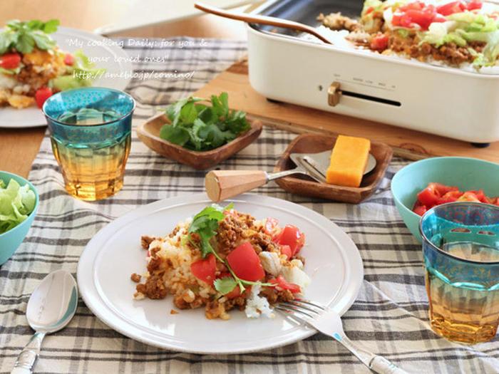 ここ数年、さまざまなメーカーがおしゃれなホットプレートを次々と発売していて、調理してそのまま保温しながらテーブルに置いておける手軽さと実用性からとても人気があります。友人や家族と楽しいひとときを過ごしながら、テーブルでダイナミックでおいしい料理を調理できるホットプレート。キナリノおすすめのおしゃれなホットプレートと、ホットプレートを使って手軽にできる華やかレシピをご紹介します。