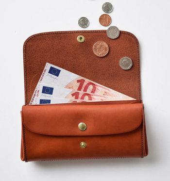 クレジットカードや電子マネーなどを使っていると、当初の予算以上の買い物が可能に。必要ないものを買ってしまわないためにも、なるべく現金での買い物を心掛けましょう。