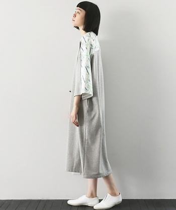 袖口にボタニカル柄があしらわれたワンピースは、ストンと一枚で着こなしたいアイテム。キレイめシューズを合わせると上品な雰囲気に仕上がりますね。
