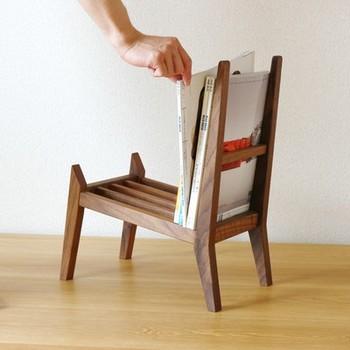 他では見ない、椅子のように可愛い形がおしゃれなマガジンラックは、本物のオーダー椅子と同じように、ほぞ組みがされていて仕上げも鉋やペーパーでなめらか。ウォールナットの無垢材なので、定期的にメンテナンスをすれば艶がよみがえり、より味わい深くなります。