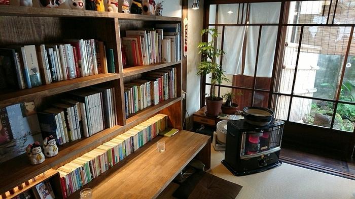 落ち着いた空間が広がる店内は、ほぼ座敷席ですが、カウンター席もあります。「古書と茶房」という名の通り、店内にはたくさんの本が置かれています。ことばのおはとでは、本を読みながら喫茶し、くつろぐことができるのがうれしい。