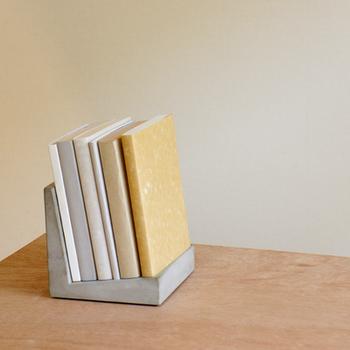 テーブルの上に置ける卓上サイズの「セメントブックチェア」。本や雑誌のある生活を、さらにひとつ楽しくしてくれるアイテムです。大きな雑誌は載せられないですが、ミニマガジンやZINEのようなモノなら写真のように6冊ほど乗せることができます。