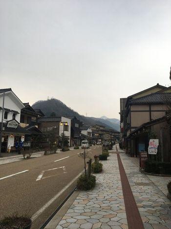 「山中温泉」は、金沢駅から特急で約25分の加賀温泉駅から車で約20分のところにあるスポットです。約1300年前に発見されたといわれる温泉で、日本三大名湯のひとつ。美しい山や渓谷の景色を堪能できるところも魅力です。日本海に近いため、新鮮な魚介のグルメも楽しめますよ♪  周辺にはさまざまな見どころがありますので、散策にも出かけてみてください。「ゆげ街道」は、山中漆器が買えたり、銘酒の飲み比べができたりと、お土産選びも楽しめるスポットです。