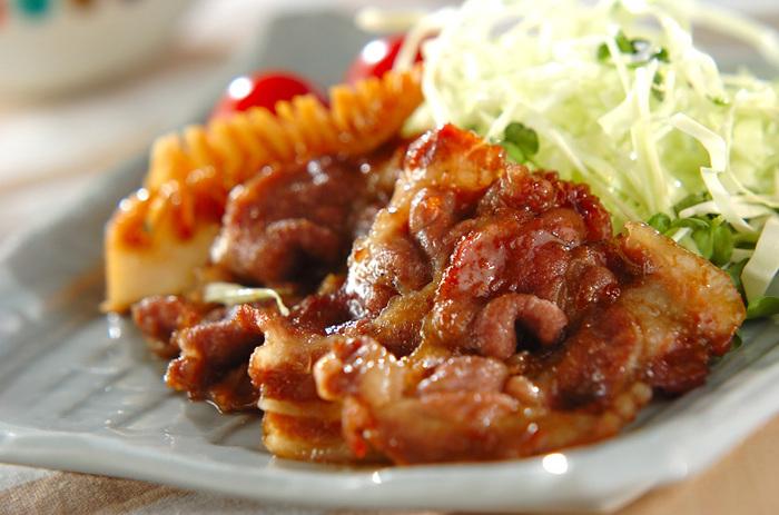 定番のショウガ焼きに旬食材のタケノコを加えたレシピ。こちらもタケノコのシャキッとした食感と、甘辛ダレのお肉とのハーモニーを楽しめる一品です。
