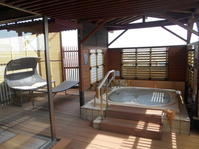 「ゆのくに天祥」へも、加賀温泉駅から送迎バスを利用することができます。3つの大浴場の中にそれぞれ湯船があり、その数はなんと18種類! 男女時間帯入替制のため、いろいろな温泉に入りたい方におすすめです。和室から洋室まで客室の種類も豊富で、温泉露天風呂付きのスイートもありますよ♪ グルメでは、旬の海の幸と山の幸を使った石川県の郷土料理などが魅力です。