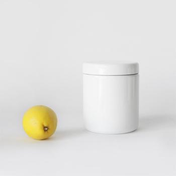野田琺瑯の円形容器です。琺瑯は清潔で食材の持ちが良いため茶葉などの保管にぴったり。キッチンに並べて使いたい可愛さです。