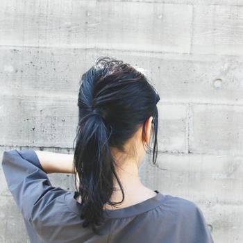 まとめた後は後頭部の毛束を引っ張り出して、トップに空気を含ませます。頭の形がよく見え、ヘアアレンジ全体も好バランスに!
