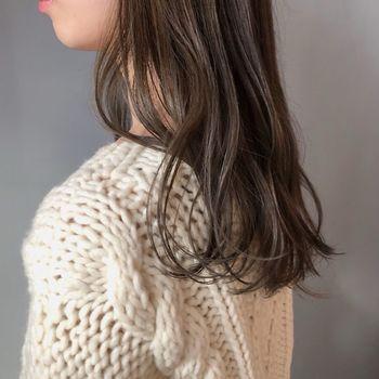 髪全体を巻く時間がない朝は、毛先だけをササッとカール。他の用事をしながらクセづけできるホットカーラーなどがおすすめです。