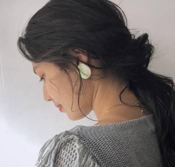 サイドの髪は撫でつけず、ゆるませて耳にかかるようにスタイリング。抜け感が生まれ、グッと女性らしい印象に仕上がります。
