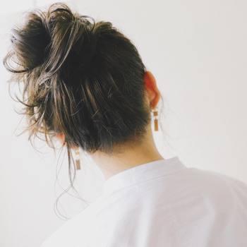ヘアアレンジをよりおしゃれに見せる簡単テクニック。シンプルなまとめ髪も、少しの工夫を加えれば今っぽいこなれ感が生まれます。 ぜひ参考にして、雑誌で見かけるような素敵なヘアアレンジを楽しみましょう!
