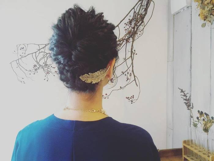 存在感のある大振りのヘアアクセサリーなら単品づかいが基本。合わせ鏡でチェックしながら、いちばんしっくりくるベストな位置を決めましょう。