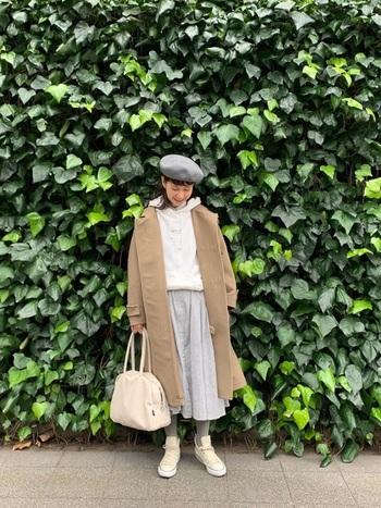 真っ白のスウェットとバッグを選び、爽やかなカジュアルスタイルに。ポスッと被ったベレー帽でフェミニン要素もプラス。