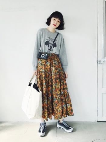 着方に迷うこともあるキャラクター入りのスウェット。シックな色柄のロングスカートをセットすれば、雰囲気のあるこなれコーディネートの出来上がり!