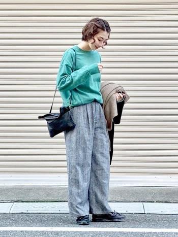 マニッシュなバッグとシューズがあれば、スウェットコーデも都会的な仕上がりに。グリーン×グレーのニュートラルな色合わせが素敵です。