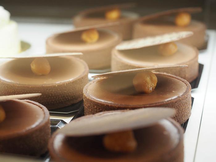 ■タルトショコラ フランスのコンクールで優勝したという見事な逸品。 チョコレートの芳醇な香りに程良い酸味は、大人のスペシャルなティータイムにもおすすめ。