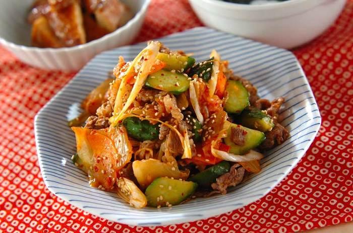 きゅうりの漬物と白菜キムチを牛肉と一緒に炒めた「牛肉とキュウリ漬けの炒め物」はとても簡単に作れて見た目も豪華!メインになるレシピです。