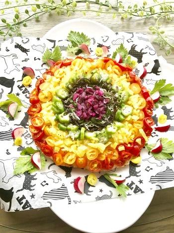 卵かけご飯を薄く伸ばしてフライパンでピザ生地仕立てに焼き上げて作る「TKGレインボーピザ」。その上に刻んだ柴漬けやたくあんなどをトッピング。彩りも綺麗で陽気になれる斬新で新しいレシピです。