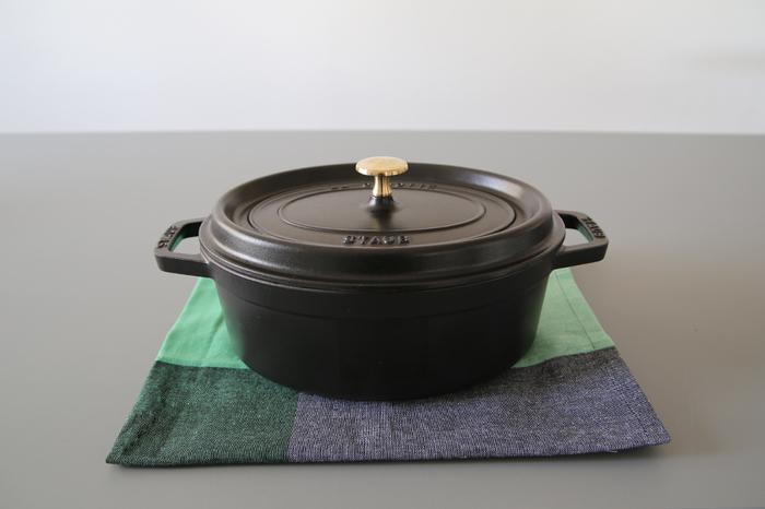 シチューやカレー、スープなど我が家で出番が多い「ストウブ」のオーバル。たくさん作ってそのままテーブルにドーンと出せ、保温もできるので何かと出番が多いアイテムです。