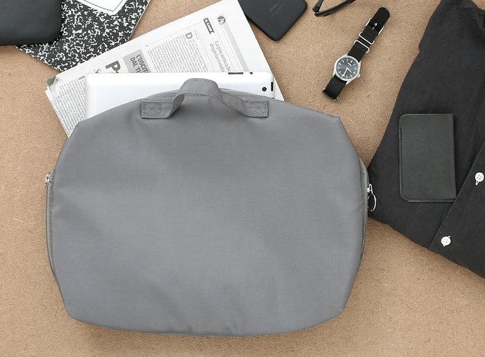 ポケットや仕切りが付いた機能的なデザインのバッグインバッグは、ビジネスシーンに必要なノートパソコンやガジェット類を収納する時におすすめです。こちらのようにシンプルなキャリングケースなら、オン・オフ幅広いシーンで使用できます。