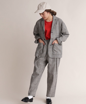 ゆったりシルエットのジャケットに、グレンチェックで少しのかっちりさをプラス。こんなふうにセットアップで着れば、さらにトレンド感が◎
