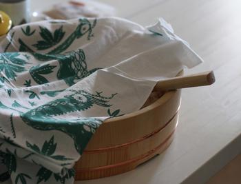 お料理の道具というわけではないのですが、我が家で活躍の頻度が高いのが酢飯を混ぜたりするときに使う「飯台」です。