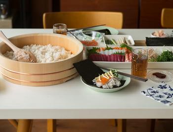 手巻き寿司の時ははもちろんですが、その他にも人が集まる時などオープン稲荷や巻き寿司など作っておき、蓋をしておけばその間に他の準備もできます。