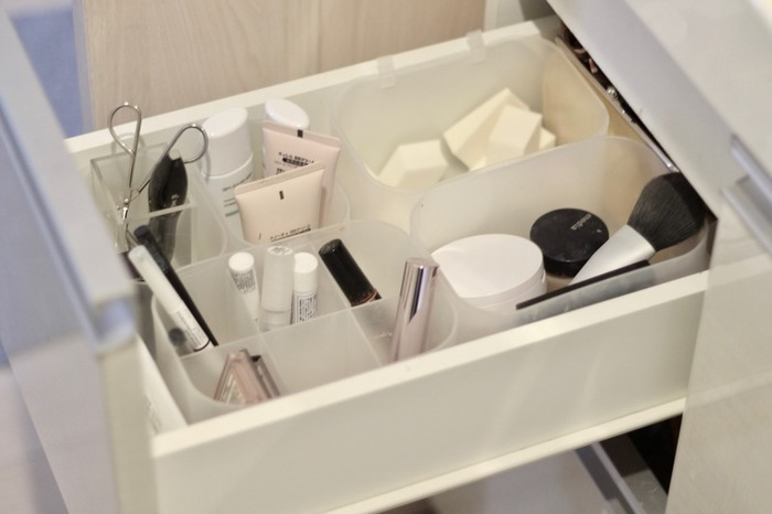 洗面所にある引き出しに、メイク道具を収納したアイデア。無印良品のメイクボックスがこちらでも活躍していますね。化粧品は、基本的に立てて収納すると取り出しやすく見た目もきれい。