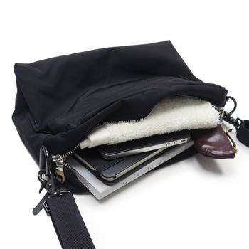旅行シーンではコンパクトサイズのショルダーバッグを、バッグインバッグとして活用するのもおすすめです。