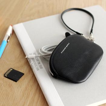 メモリカードやケーブルの収納には、小さいサイズのポーチもおすすめです。こちらの写真のようにストラップ付のデザインなら、バッグインバッグの中の収納ケースとしてはもちろんのこと、チャームのようにバッグの持ち手に取り付けて使用できますよ。