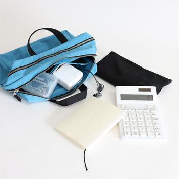 そんなたくさんの物で溢れがちなバッグは、収納に便利な「バッグインバッグ」や「ポーチ」を活用することで、荷物を小分けにしながらスッキリと整理整頓できます。ポケットや仕切りのついた機能的なデザインなら、バラバラになりやすい小物類も見やすく&使いやすく収納できます。