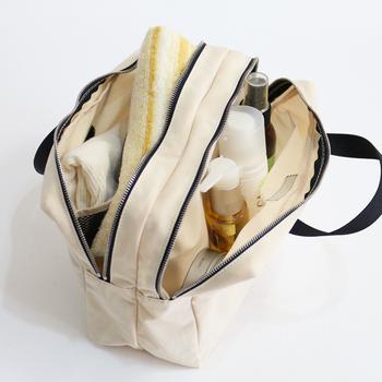 細々した物もすっきり収納できるバッグインバッグは、荷物が多い旅行シーンにもおすすめです。メイク道具やヘアケア用品、洗面用具など、バッグの中でバラバラになりやすいものも綺麗に整理できますよ。