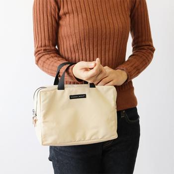 """さらにバッグインバッグとポーチの良いところは、そのまま他のバッグに移し替えて使用できるところです。外出の際の必需品をまとめておけば、バッグを変えても""""忘れもの""""をするリスクを減らすことができますよ◎。"""
