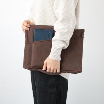 ビジネスバッグにすっきり収まるポーチ型のバッグインバッグも、お仕事用におすすめのアイテムです。外側にポケットが付いたデザインなら、中に収納したパソコンやノートと一緒に、手帳・お財布・ボールペンなども持ち歩くことができますよ。