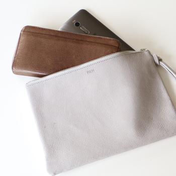 クラッチバッグのように持ち運べるポーチも、お財布やスマホなどの必需品をまとめる時に重宝します。上質なレザーでできたおしゃれなポーチなら、収納ケースとしてはもちろんのこと、クラッチバッグとしても使用できるので様々なシーンで活躍してくれますよ。