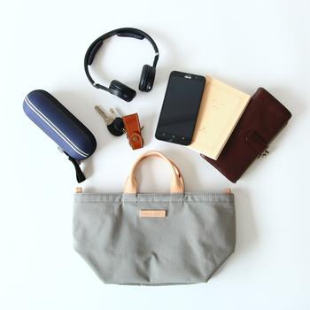 ビッグサイズのトートバッグやリュックなど大容量のバッグなら、こんなふうに小さいサイズのトートバッグをバッグインバッグとして活用するのもおすすめですよ◎。