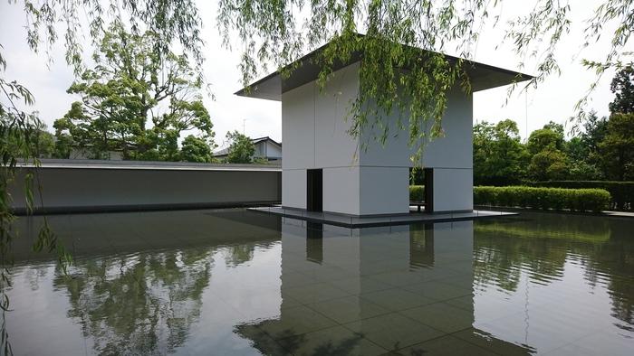 「鈴木大拙館」は、金沢駅から北鉄バスまたは城下まち金沢周遊バスの「本多町」停留所から徒歩4分のところにあるスポットです。金沢出身の仏教哲学者、鈴木大拙(すずきだいせつ)の考え方や足跡を伝える施設。見どころは素晴らしい建築。訪れた人が思索する場になるよう計算して設計されています。  施設内は、回廊でつながる3つの棟と、「玄関の庭」「水鏡の庭」「露地の庭」の3つからなる庭の構成が特徴。これらをめぐっていくうちに、鈴木大拙についての理解を深め、その世界観に浸りながら、自分と向き合う時間を過ごせるのだそう。