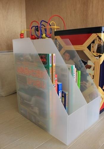 無印良品のファイルボックスに絵本を収納。乗り物系、物語系など、種類ごとにボックスに収納しておくと本が探しやすいですね。