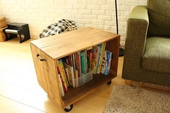 キャスター付きの木箱に絵本を収納。お子さんでも移動させやすいように取っ手が付いています。